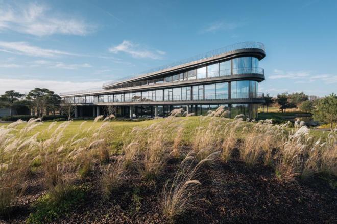 Polska Architektura 2020: Szklany biurowiec Press Glass Polska w Konopiskach, k. Częstochowy, Konior Studio